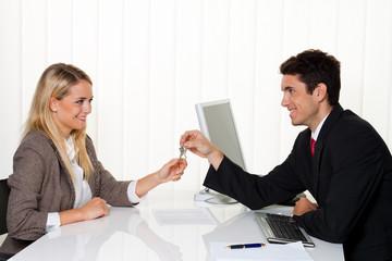Makler und Mieter machen Mietvertrag.  Schlüssel Übergabe