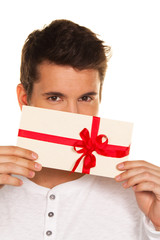 Mann mit Geschenk Gutschein in der Hand