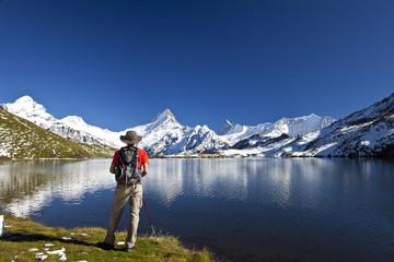 See in den Bergen mit Spiegelung und Wanderer
