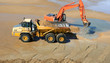 Pelleteuse chargeant du sable pour recontruire la dune d'Arçais