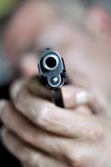 Uomo che punta una pistola