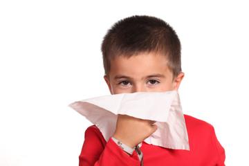 bambino si soffia il naso - raffreddore