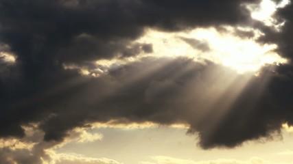 Sonne und dunkle Wolken