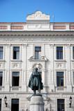 klassisches Gebäude mit Kossuth Denkmal Pecs poster