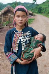 junge laotische Mutter mit Baby