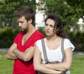jeune couple dos à dos dispute conflit