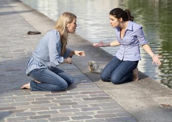 deux femmes amies en dispute en été