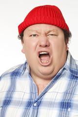 homme manifestant au bonnet rouge