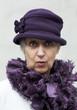 vieille dame au chapeau violet mauve