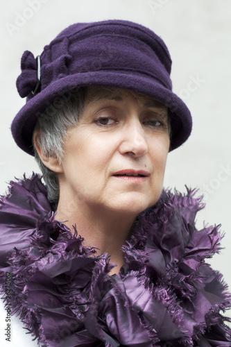 vieille dame coquette portant un chapeau