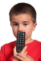 bambino con telecomando della tv