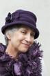 jolie vieille dame vêtue de mauve chapeau sereine