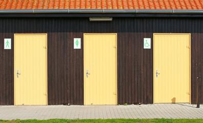 Türen für Männer und Frauen und Rollstuhlfahrer