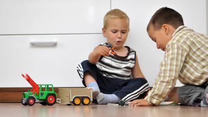 zwei kinder spielen