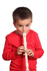 bambino suona il flauto