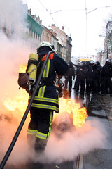 Feuerwehrmann löscht Brand auf Demonstration