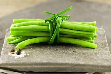 Fagot de haricots vert sur ardoise - Photo studio