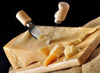 Formaggio parmigiano con coltelli