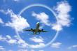 飛行機と雲と虹の輪