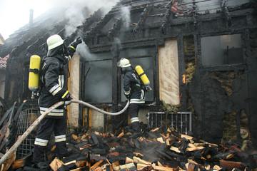 Feuerwehr bei Löscharbeiten