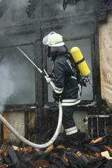 Feuerwehrmann bei Löscharbeiten