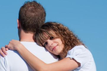 jeune femme amoureuse sur l'épaule de son compagnon