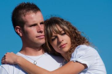jeune couple amoureux et rêveurs