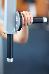 Hand hält Griff an Fitnessgerät
