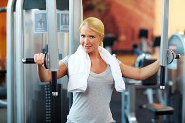 Frau trainiert Muskeln im Fitnessstudio