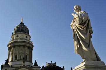 Schillerdenkmal vor dem Deutschen Dom