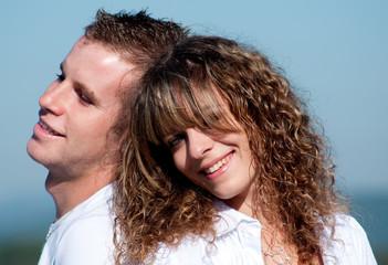portrait d'un couple amoureux sous le soleil
