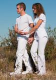 jeune couple qui se promène dans la campagne poster