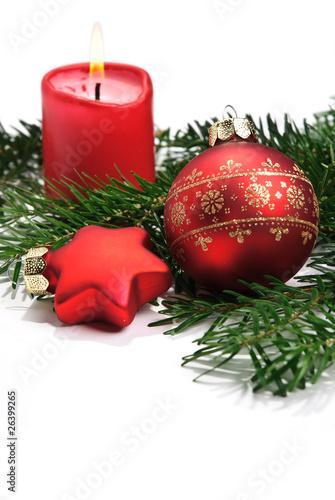 rote christbaumkugel mit kerze auf tannenzweig isoliert auf wei stockfotos und lizenzfreie. Black Bedroom Furniture Sets. Home Design Ideas