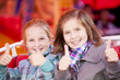 2 Mädchen auf der Kirmes