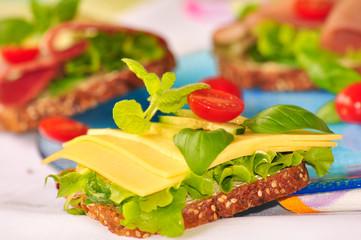 Vollkornbrot mit Schnittkäse und Salat