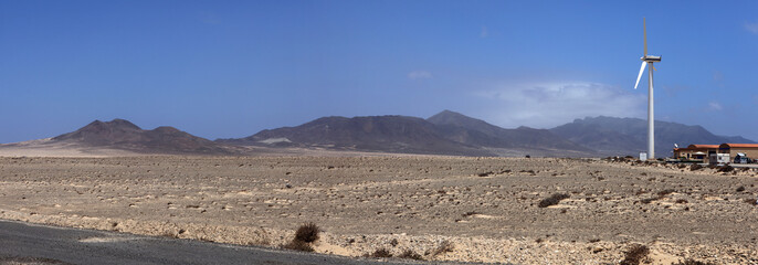 éolienne dans zone désertique