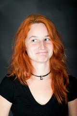 Portrait einer jungen schönen rothaarigen Frau
