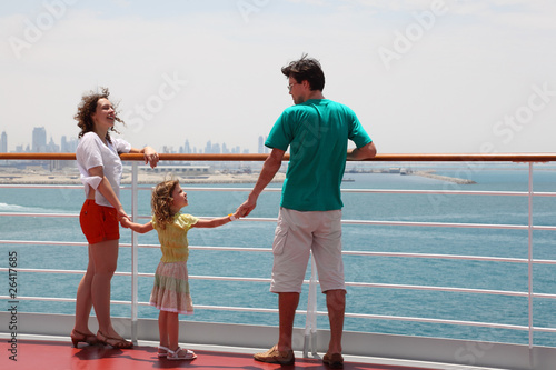 rodzina z córką stojącą na pokładzie liniowca