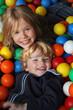 Geschwister spielen im Ballbad