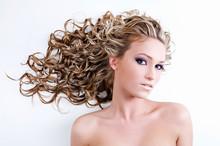 Красивая молодая женщина с длинными вьющимися волосами