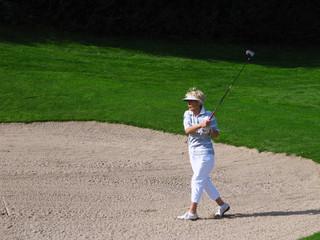 mr_Seniorin beim Golfschlag aus Fairway-Bunker