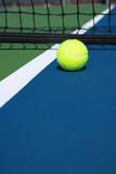 Teniszlabda közel a net