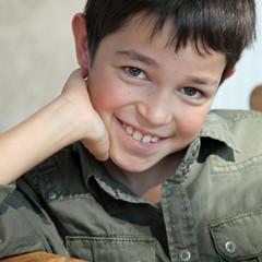 Sourire d'automne d'un jeune garçon (8 ans)