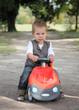 Jeune garçon jouant dehors avec sa voiture #2