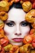 Frau in Trockenblüten