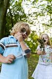 Fototapety Kinder spielen im Wald