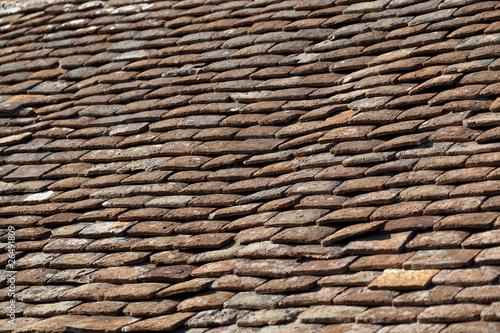 Vieilles tuiles plates sur toiture de maison photo libre de droit - Prix toiture tuile plate ...