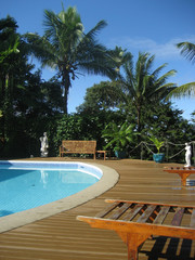 piscine et villa de luxe, pont en teck, statues