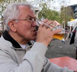 biertrinkender senior, mann auf oktoberfest