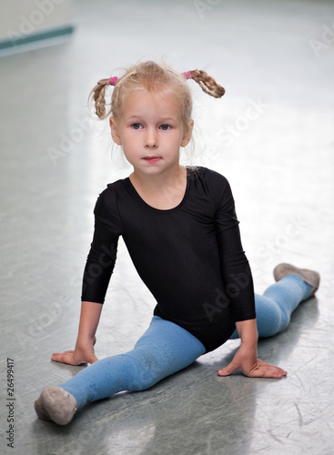 girl doing the splits
